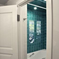 Оформление ванной комнаты в виде керамического панно