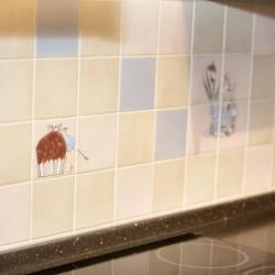 Изображение чашек на плитке на кухне