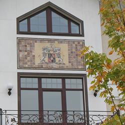 Герб из керамики на фасаде дома