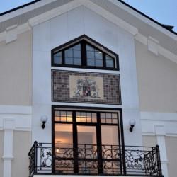 Дом с гербом и керамикой