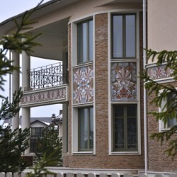 фасад дома с керамикой