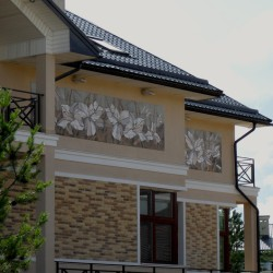 Отделка фасада загородного дома керамикой