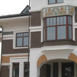 Керамичекое панно с подсолнухами на фасаде