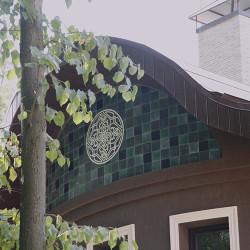 Керамика на фасаде загородного дома